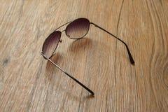 Черные солнечные очки на деревянной предпосылке Стоковая Фотография