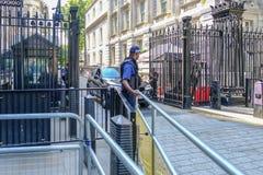 Черные стальные стробы защищая entrace к Даунинг-стрит, с Стоковое Изображение RF