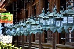 Черные стальные фонарики вися вокруг на деревянной церков Kasuga s Стоковая Фотография RF