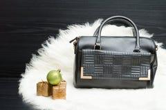 Черные сумка и подарочная коробка на белом мехе модная концепция holida Стоковое Изображение RF