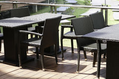 Черные таблица и стул ротанга на террасе Стоковые Изображения RF