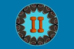 Черные тапки помещены вдоль края голубого взгляд сверху круга, в центре пары оранжевых гантелей на голубом backgr Стоковое Изображение