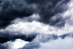 Черные тучи на небе, темной предпосылке, обоях Стоковые Фотографии RF