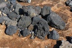 Черные утесы лавы na górze красного цвета Стоковое Изображение RF