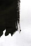 Черные ходы щетки на белой бумаге при одна изолированная рука Стоковое фото RF