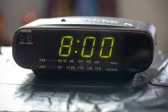 Черные цифровые часы радио сигнала тревоги Потревожьте часы радио показывая время проспать вверх Стоковое Изображение