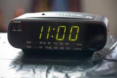 Черные цифровые часы радио сигнала тревоги Потревожьте часы радио показывая время проспать вверх Стоковое фото RF