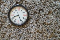 Черные часы на сером ковре стоковое фото rf