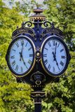 Черные часы улицы стоковая фотография