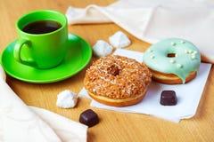 черные donuts кофейной чашки сладостные Стоковые Фотографии RF