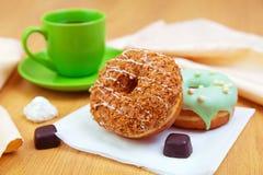 черные donuts кофейной чашки сладостные Стоковые Фото