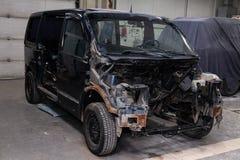 Черный автомобиль в теле фургона подготавливает для красить тело с помощью выравнивать в местах повреждения к стоковая фотография rf