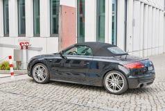 Черный автомобиль спорт Audy TT припарковал внутри к центру города berlin Германия стоковая фотография rf