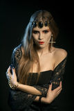 Черный ангел с длинными ресницами Охлаждая пристальный взгляд Изображение дня хеллоуина Стоковое фото RF