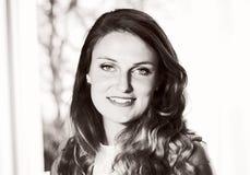 Черный & белизна красивой молодой кавказской женщины стоковые фотографии rf
