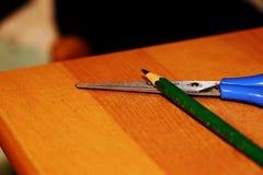 Черный белый карандаш с голубыми ножницами Стоковое Изображение RF