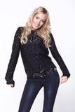 черный белокурый свитер девушки Стоковые Фотографии RF