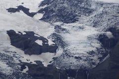 Черный белый и голубой ледник с утесом стоковые фото
