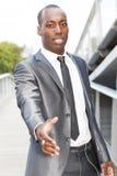 Черный бизнесмен давая рукопожатие Стоковые Фото