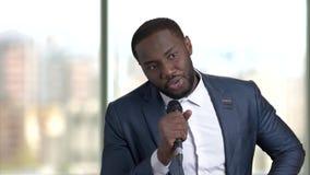 Черный бизнесмен дает здравицу видеоматериал