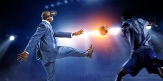 Черный бизнесмен на футбольном матче виртуальной реальности стоковые фотографии rf