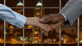 Черный бизнесмен тряся женскую руку сток-видео
