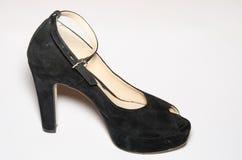 Черный ботинок женщин высокой пятки замши изолированный на белой предпосылке Стоковое фото RF
