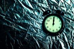 Черный будильник на металлической предпосылке стоковые фотографии rf