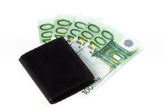 Черный бумажник на нескольк 100 банкнотах евро, на белом backgro Стоковые Фотографии RF