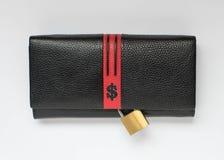 Черный бумажник с знаком доллара и закрытый padlock на белой предпосылке Концепция сбережений Стоковая Фотография