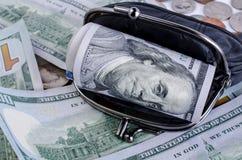 Черный бумажник с 100 долларами внутрь Стоковые Изображения