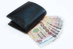 Черный бумажник с тайскими деньгами. Стоковые Фото