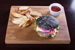 Черный бургер на доске Стоковые Фото