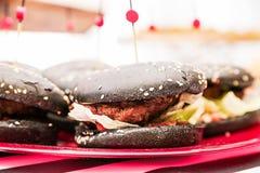 Черный бургер на плите Стоковое фото RF