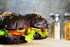 Черный бургер стоковые изображения