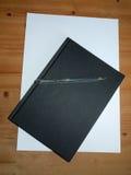 Черный блокнот настольного компьютера с шариковой ручки для принимать примечания для s стоковая фотография