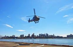 Черный вертолет принимая от вертодрома в более низком Манхаттане Стоковая Фотография RF