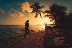 черный взгляд восхода солнца моря горы kara Крыма dag Ход девушки на тропическом пляже Punta Cana острова стоковые изображения