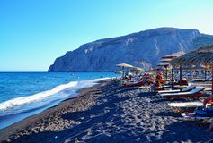 Черный взгляд Kamari Santorini Греция пляжа Стоковые Изображения RF