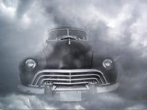 Черный винтажный автомобиль в тумане стоковые фотографии rf