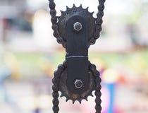 Черный висеть шкивов и цепей металла стоковое изображение