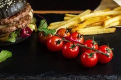 Черный двойной гамбургер сделанный от говядины с перцем, сыром и vegetables-2 jalapeno Стоковая Фотография