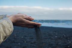 Черный вулканический песок Полейте песок Исландия, пляж Vik Стоковое фото RF
