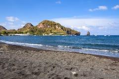 Черный вулканический пляж на острове Vulcano Стоковые Изображения