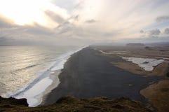 Черный вулканический пляж, Dyrholaey, Reynisfjara, Vik, Исландия Стоковая Фотография
