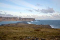Черный вулканический пляж, Dyrholaey, Reynisfjara, Vik, Исландия Стоковое Фото