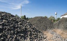 Черный гравий камней дороги Утесы для конструкции Задавленный гравий гранита, небольшие утесы стоковая фотография rf