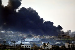 Черный дым над сектором Газа стоковая фотография rf