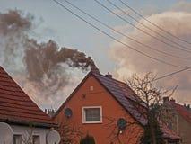 Черный дым поднимая от печной трубы Стоковые Фотографии RF