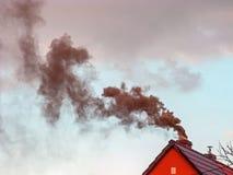 Черный дым поднимая от печной трубы Стоковая Фотография RF